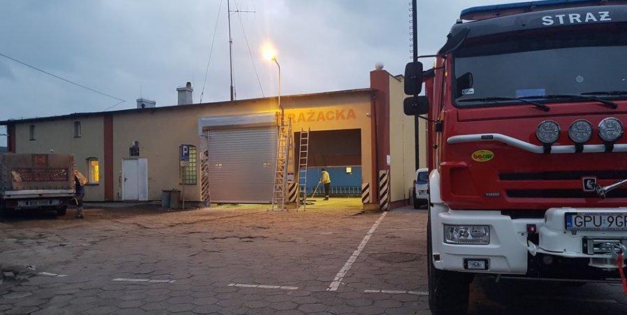 Nowa brama garażowa dla dla miejsca postojowego samochodu ratowniczo-gaśniczego Kamaz.